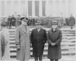 800px-President_Truman_attends_the_ceremony_at_Lincoln_Memorial_in_honor_of_President_Lincoln's_birthday._This_photo_shows..._-_NARA_-_199786.jpg