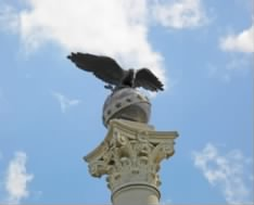 Spanish-American_War_Memorial_-_eagle_globe_capital_-_Arlington_National_Cemetery_-_2011.JPG